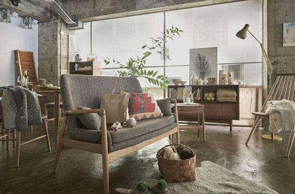 木製アームのおしゃれな2人掛けソファ