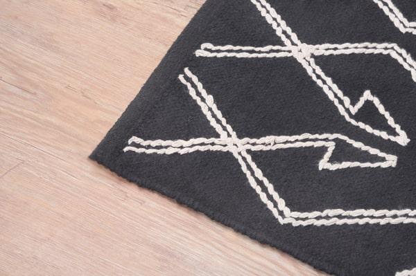 黒地に白の幾何学模様のラグ