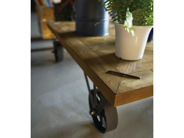 黒い鉄製の車輪が脚になったテーブル