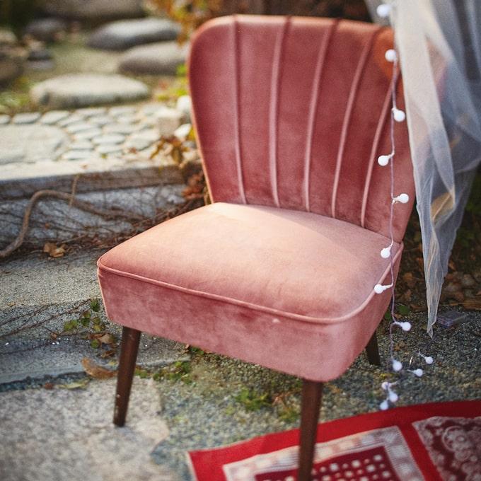 クラシカルなピンクの一人掛けソファ