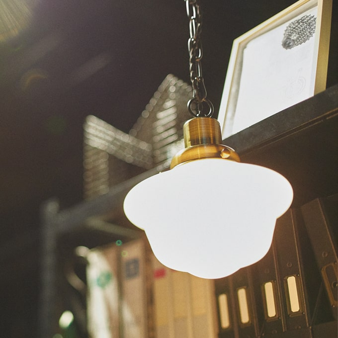 ガラスシェードの吊り下げ照明ホワイト