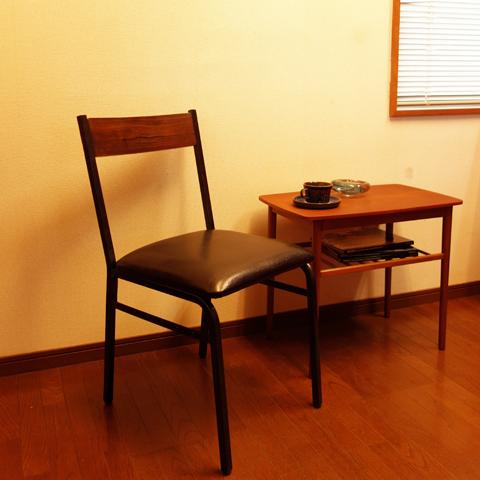 鉄脚と無垢材が格好いい椅子