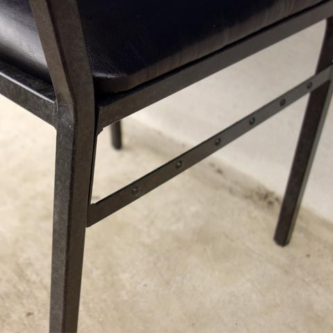 黒いアイアンレッグの椅子