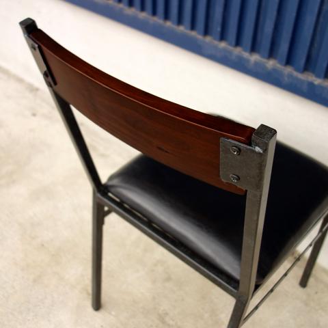 武骨で格好いい雰囲気の椅子背もたれ