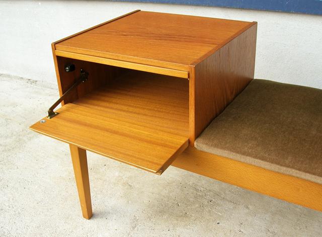 開き戸収納付き椅子