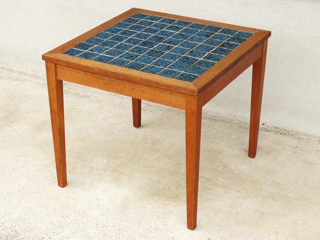 青いタイルのサイドテーブル