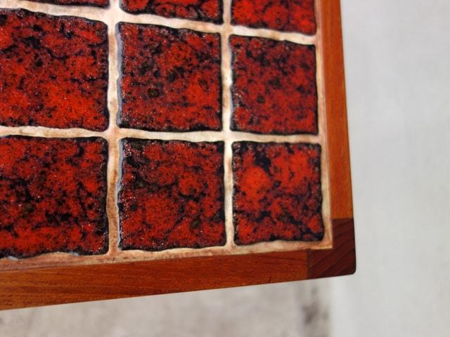 ビンテージの赤いタイルテーブル 接写