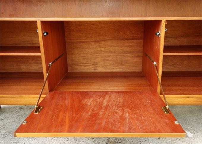 サイドボード中央収納開き戸