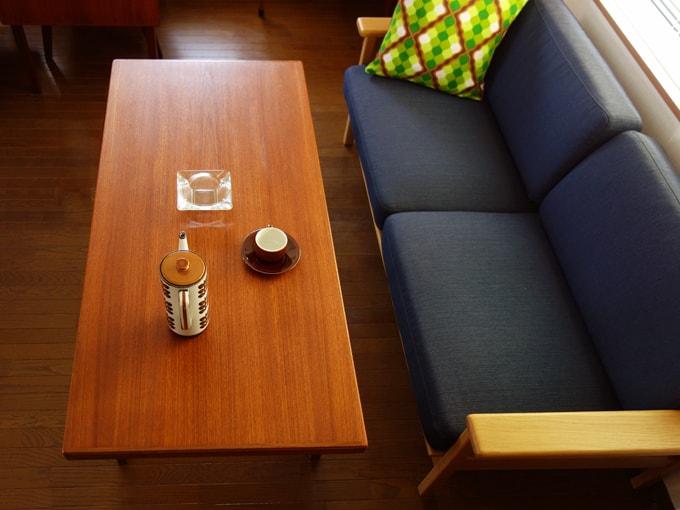 ヴィンテージモダンなスタイルのテーブル