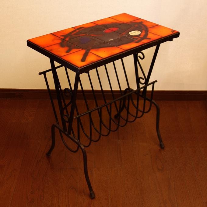 ビンテージのテーブル付きマガジンラック