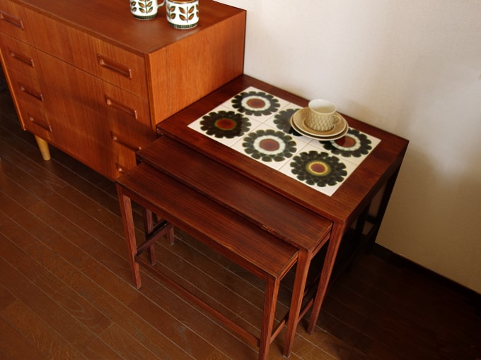レトロなタイルのネストテーブル 北欧ヴィンテージ家具