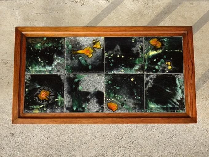 アートなタイルのサイドテーブル
