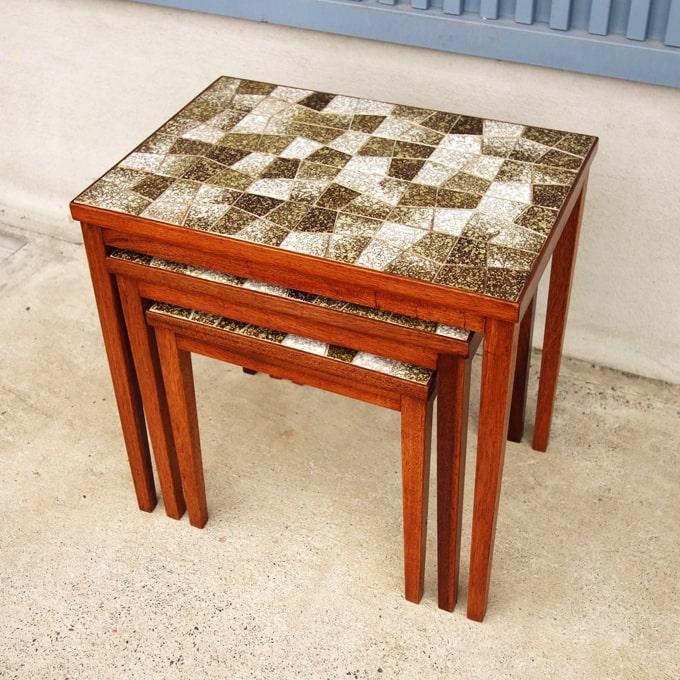 ヴィンテージのタイルトップネストテーブル