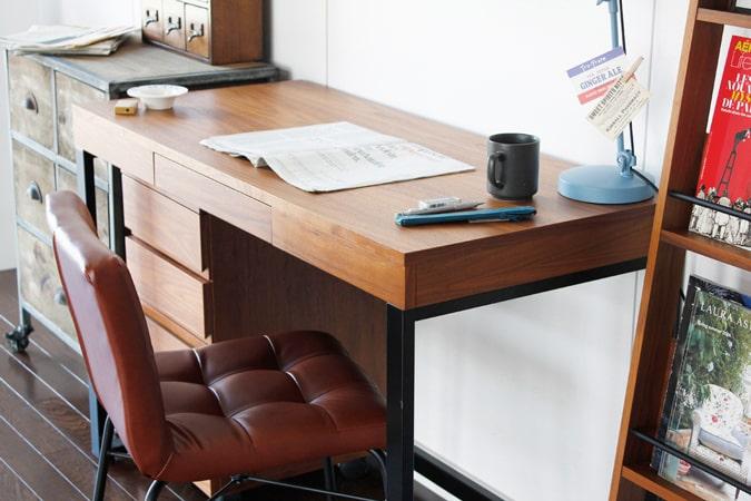 木製デスク黒鉄脚 インダストリアルな家具