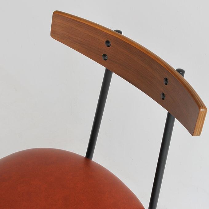 椅子の背もたれはウォールナット天然木使用