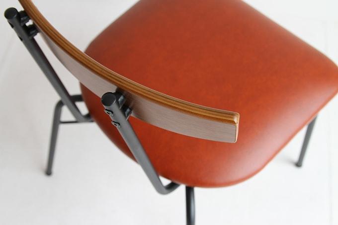 椅子の座面は赤茶色の合皮張り