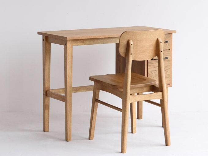 ナチュラルレトロなデスクと椅子