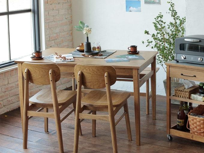 ナチュラルなオーク製小さめダイニングテーブル