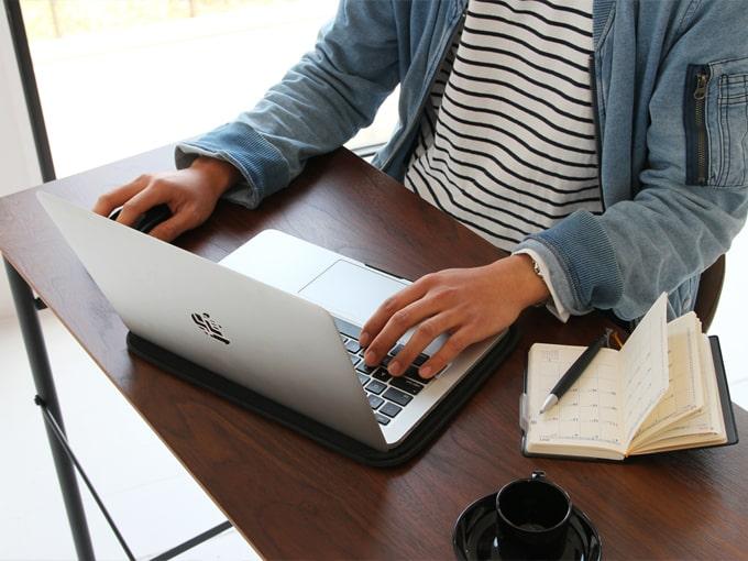 ノートパソコンで作業もできるテーブル