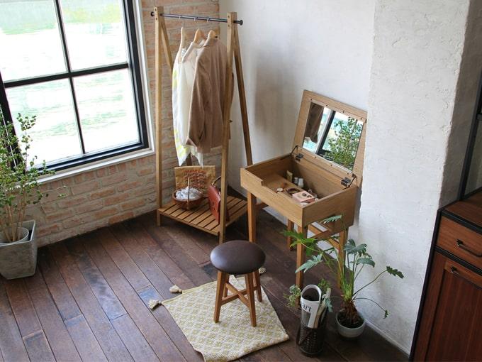 ナチュラルな小さい鏡台と椅子のセット