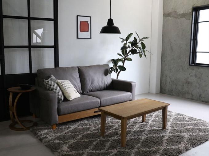 格好いいグレーの二人掛けソファ