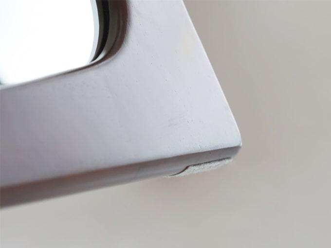 ミラー木枠の下面は傷つき防止のフェルト貼り