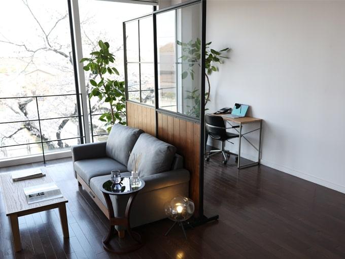 鉄枠ガラス窓付きのおしゃれなパーテーション