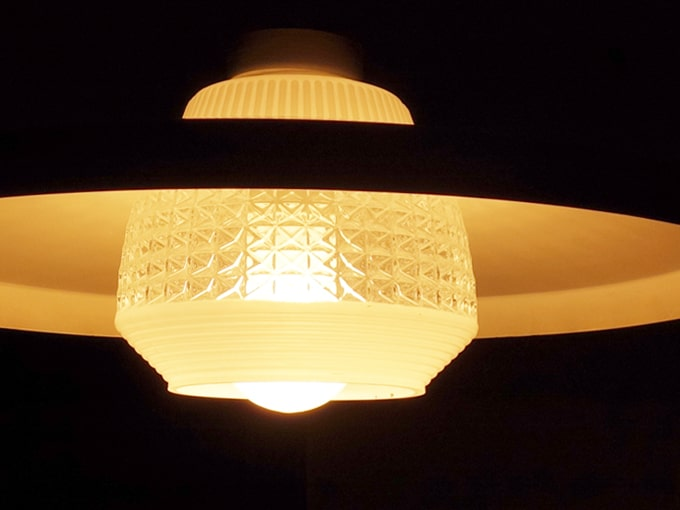 ガラスとメタルの2重シェードのライト