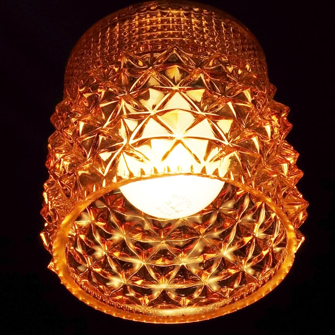 アンバーガラスのペンダントライト点灯