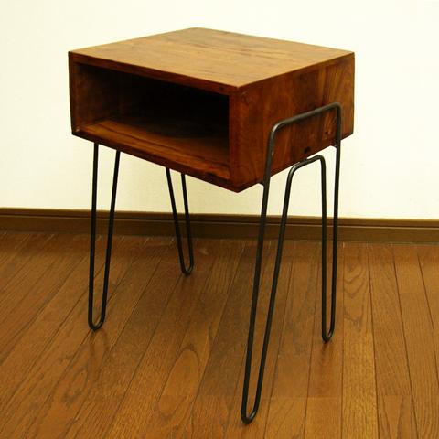 ヴィンテージ感のある木製サイドテーブル