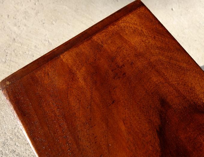 ヴィンテージ感を表現した仕上がりの木製ラック