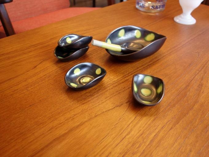 黒に黄色のドット柄の小皿とボウルセット