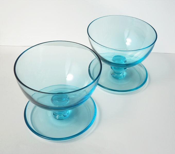 ヴィンテージ ブルーの脚付きガラス器